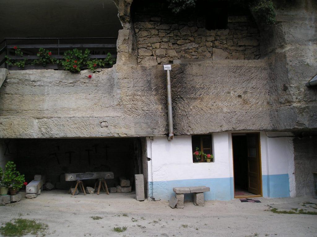 Skalné obydlia v Brhlovciach