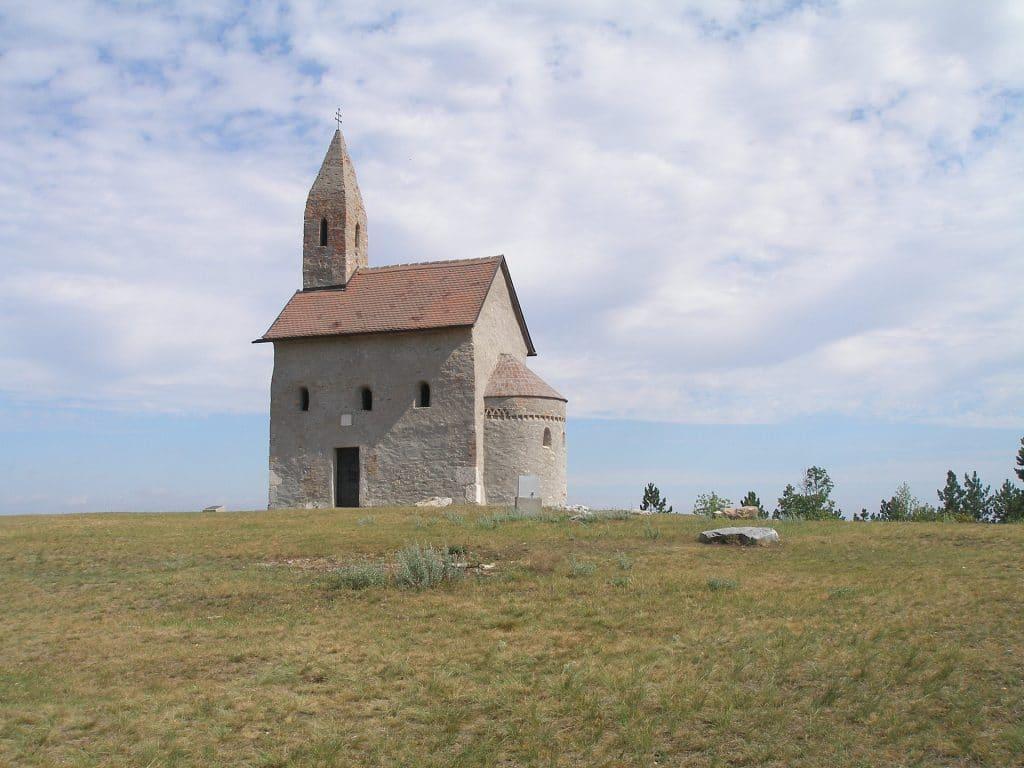 Románsky kostolík v Drážovciach pri Nitre